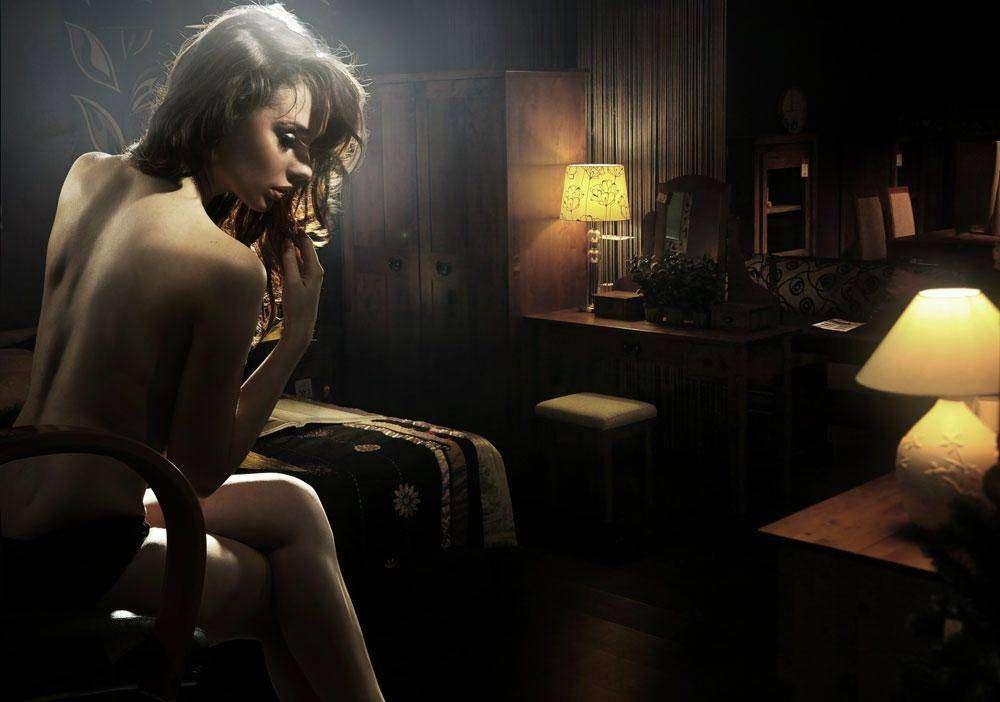 голая девка в комнате